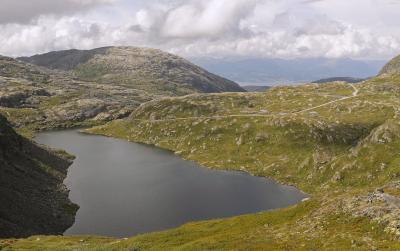 Одинокая дорога горы дорога озеро Норвегия