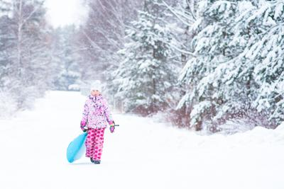 Снег и горки дети зима природа семеное