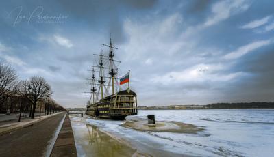 В Петербурге - оттепель нева питер благодать парусник ресторан набережная лед