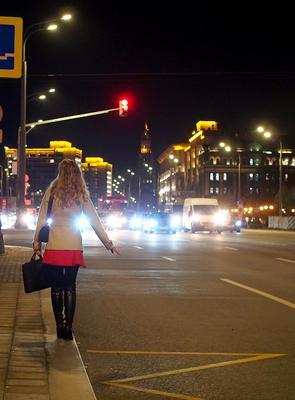 Ожидание город девушка улица огни машины