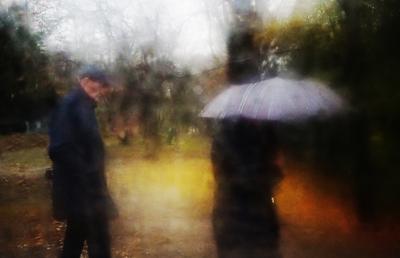 Женщина с зонтом и ее мужчина