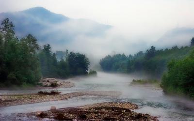 Туман над рекой. горы река