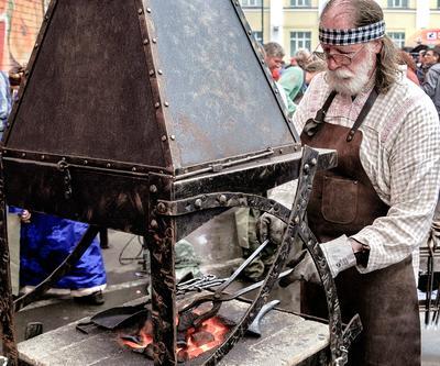 Кузнец в работе огонь жар угольки инструмент