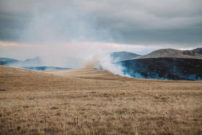 Степь горит пейзаж дорога черногория тучи драматичный степь пожар