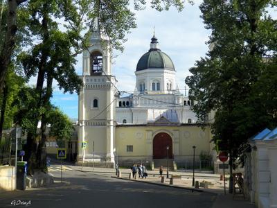 ***Монастырь Иоанна Предтечи на Ивановской горке в Москве. Колокольня купол монастырь деревья