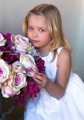 Весеннее настроение девочка цветы белое платье