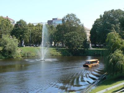 Рига.В одном из парков. Рига река парк фонтан лето