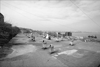 Ритмы немых противостояний  плоские крыши, комины старых домов,