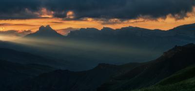 Луч солнца золотого закат горы панорама луч силуэт кабардино-балкария