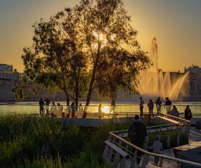 Закат над озером пейзаж природа деревья река мост архитектура закат фонтан люди