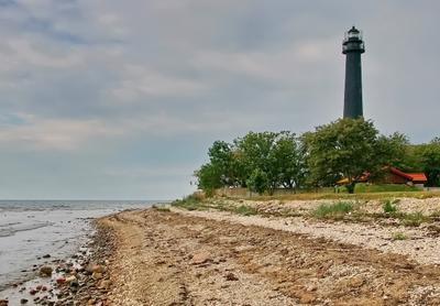 У маяка Море берег небо облачность маяк