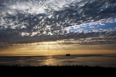 в море... курилы, море, корабль, солце, облака, лучи