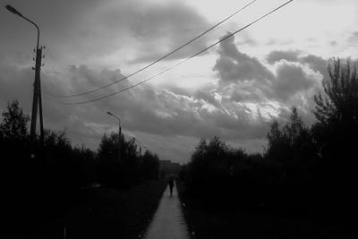 Стальные небеса дорога, облака, чб
