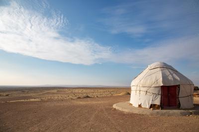 На краю пустыни Узбекистан Аяз-кала юрта пустыня