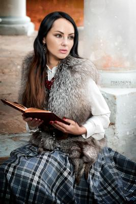 За чтением девушка портрет книга красавица