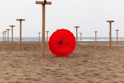 Зонтик збежал зонтик красный пляж песок