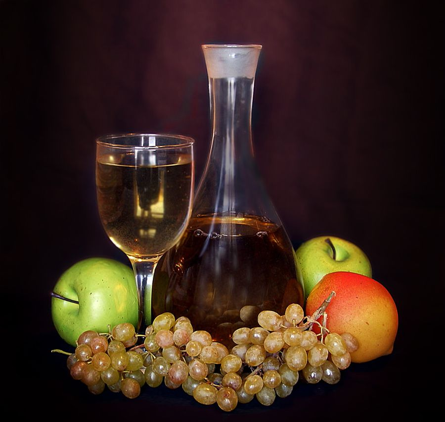 Учебный натюрморт с домашним вином графин фужер яблоко виноград вино