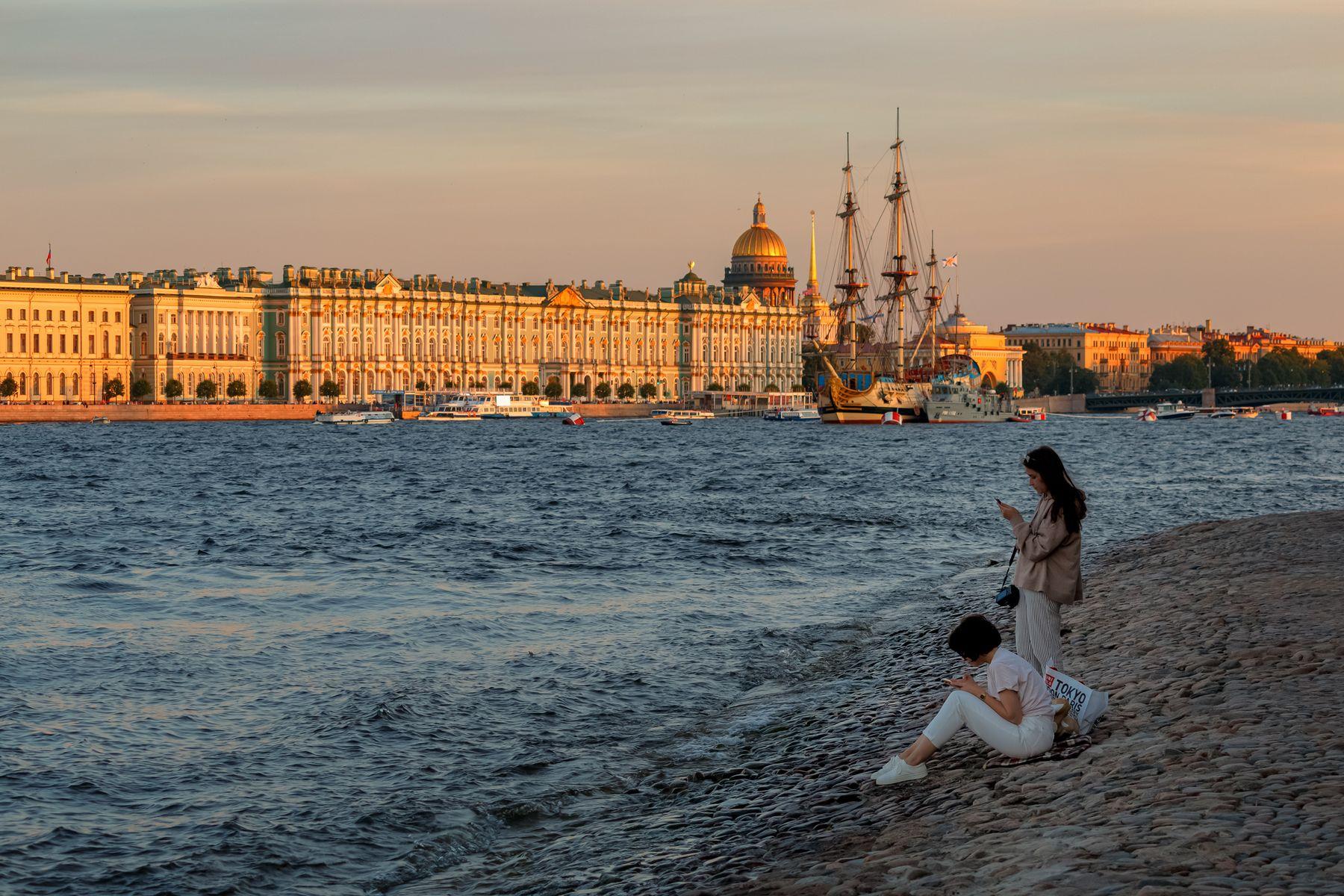 Июльский летний вечер Санкт-Петербург вечер река девушки парусник Нева берег