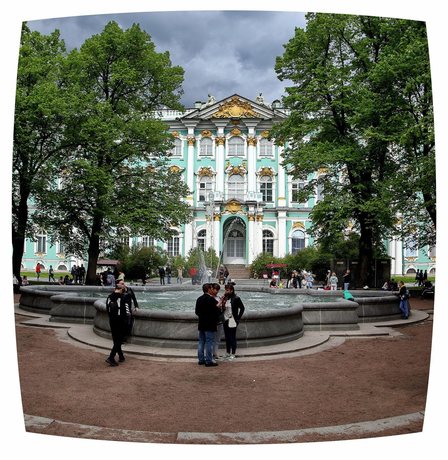 У фонтана Санкт-Петербург День города