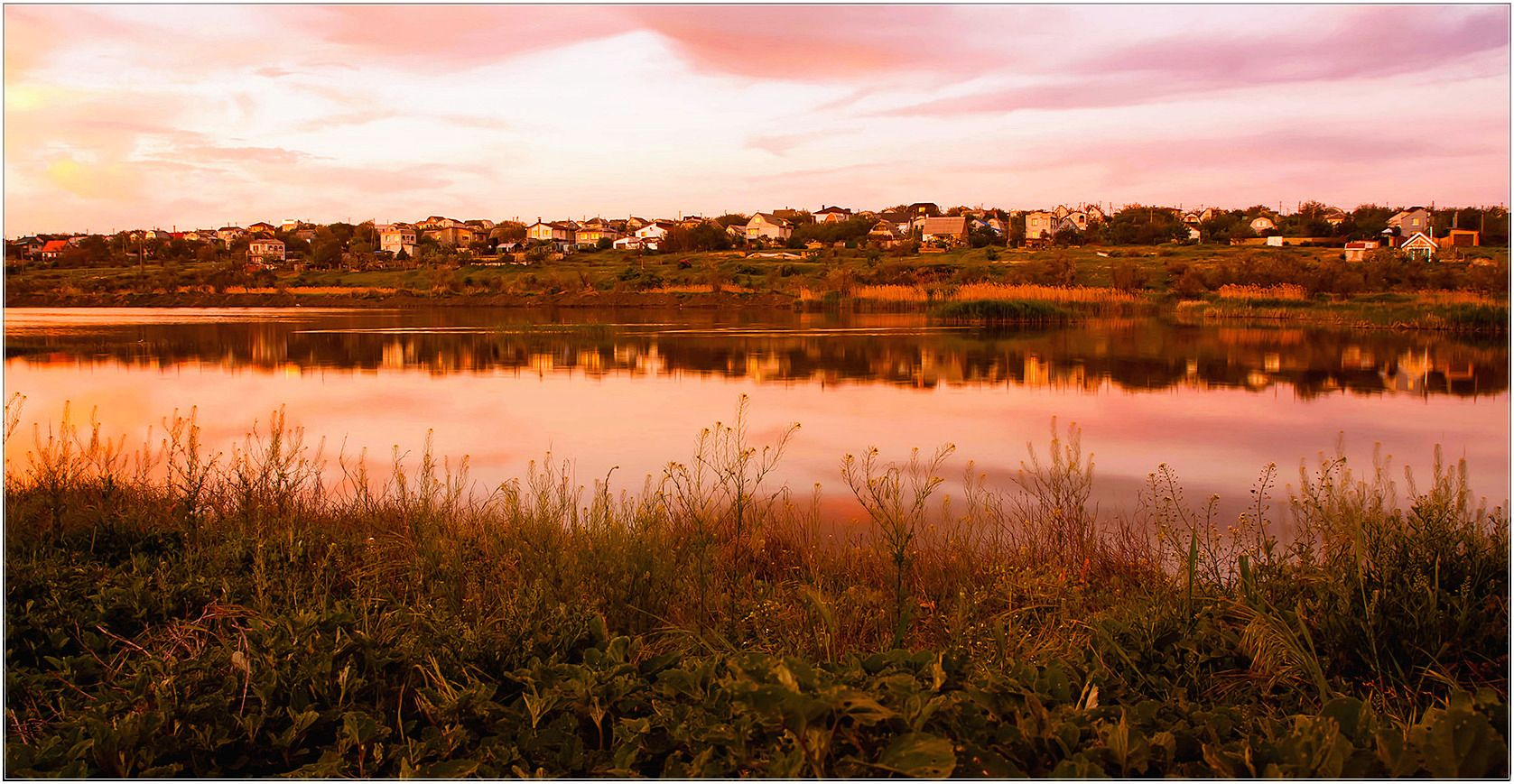 Теплый майский вечер у пруда. Берег трава пруд дачный поселок небо