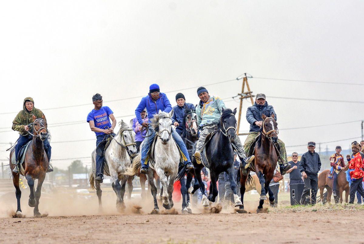 Забег в праздник праздник забег лошади соревнование