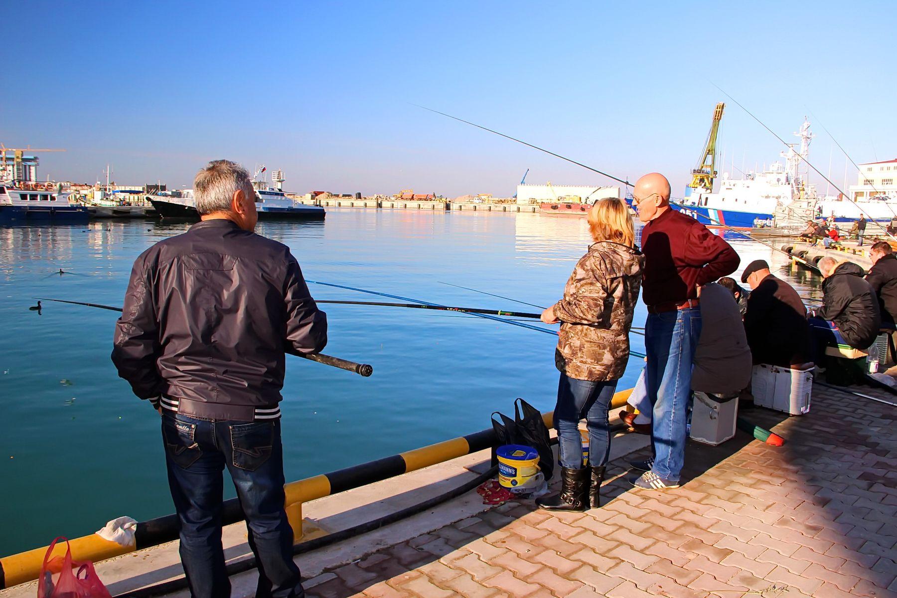 Рыбаки в Сочинском порту Сочи порт рыбаки hobavol