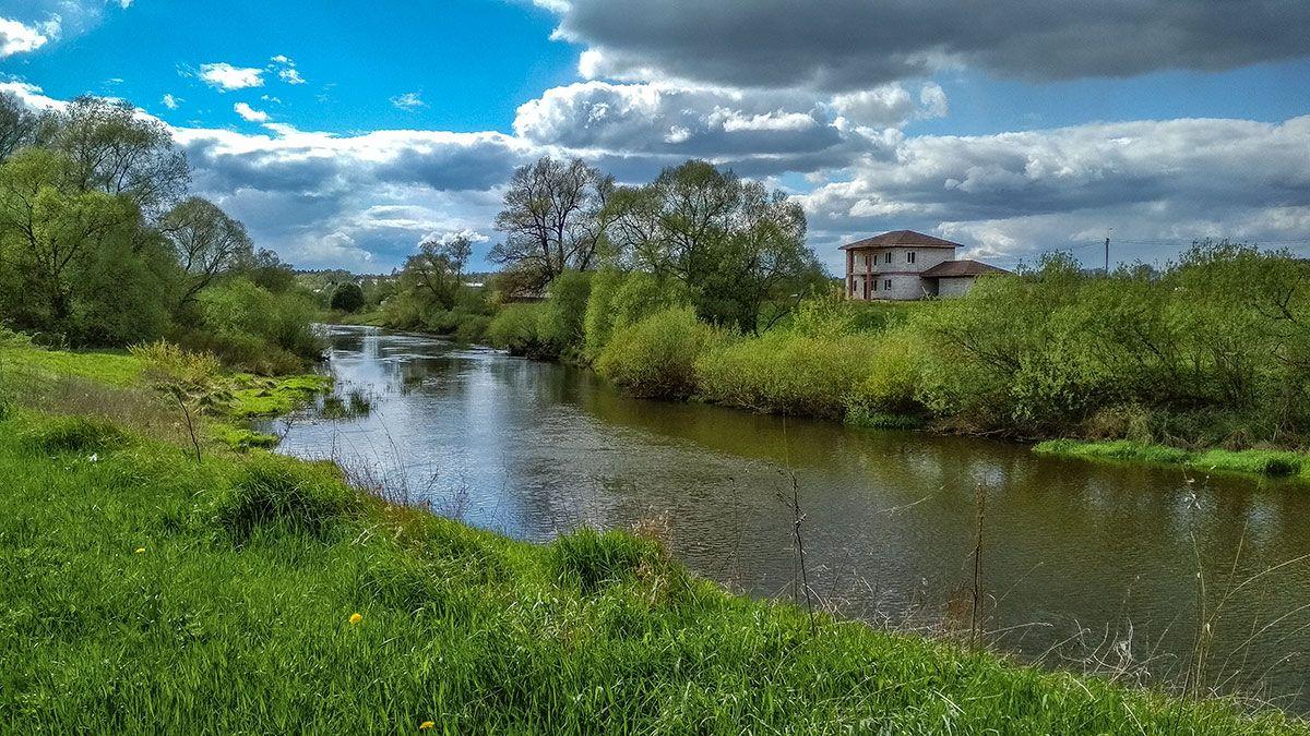 У реки пейзаж природа весна река лес вода пастораль Россия Калужский край облака небо зеленый берега