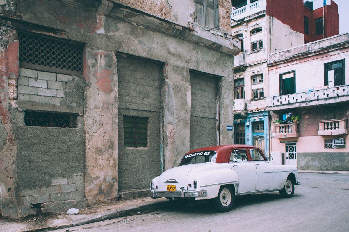 Низкие люди в желтых плащах Куба Гавана олдтаймер уличное фото