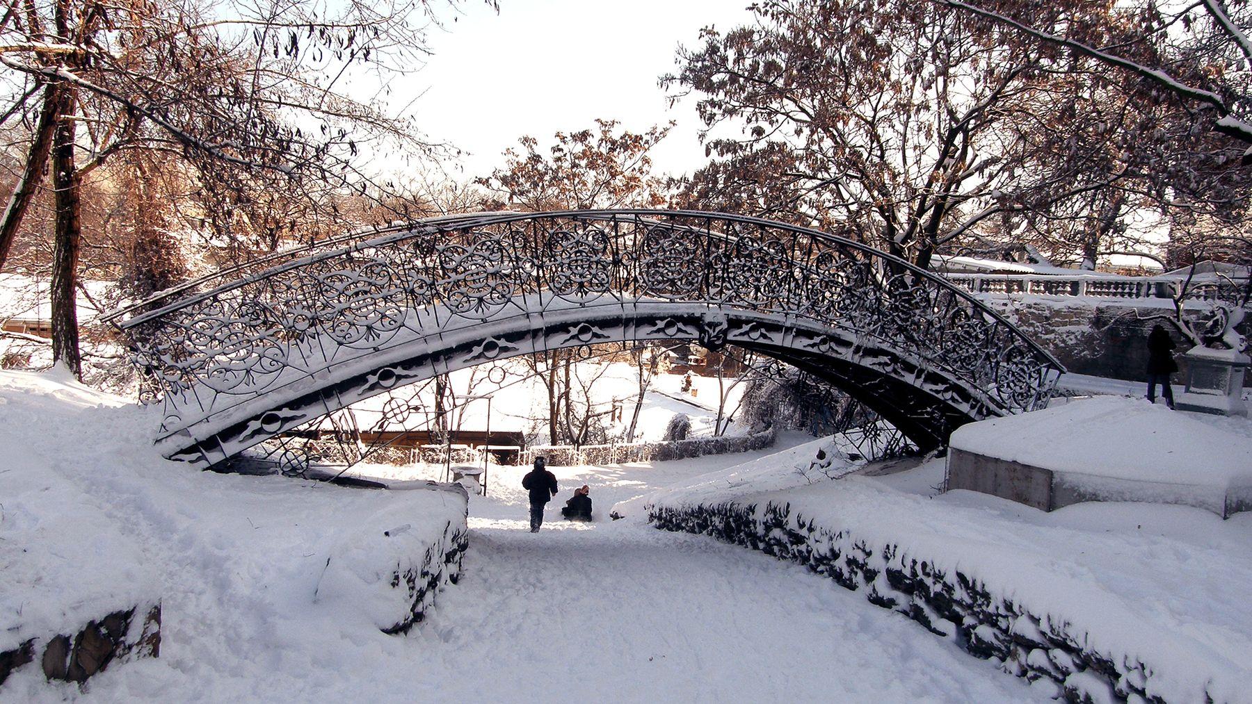 *** Уголок старой Одессы чугунный мостик зима снег солнце