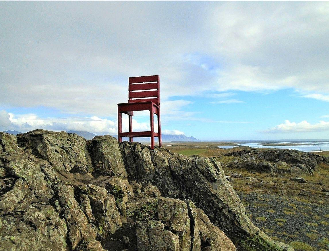 Исландия. Красный стул. исландия