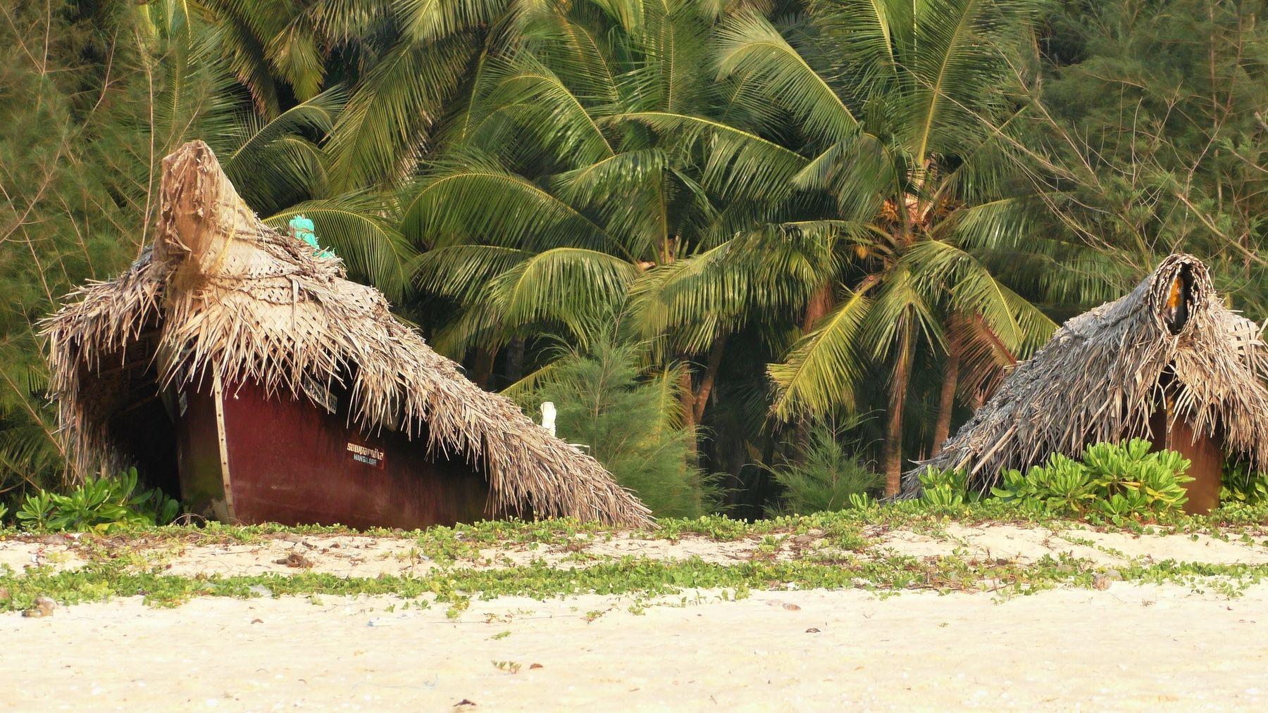 Рыбацкие лодки на берегу.