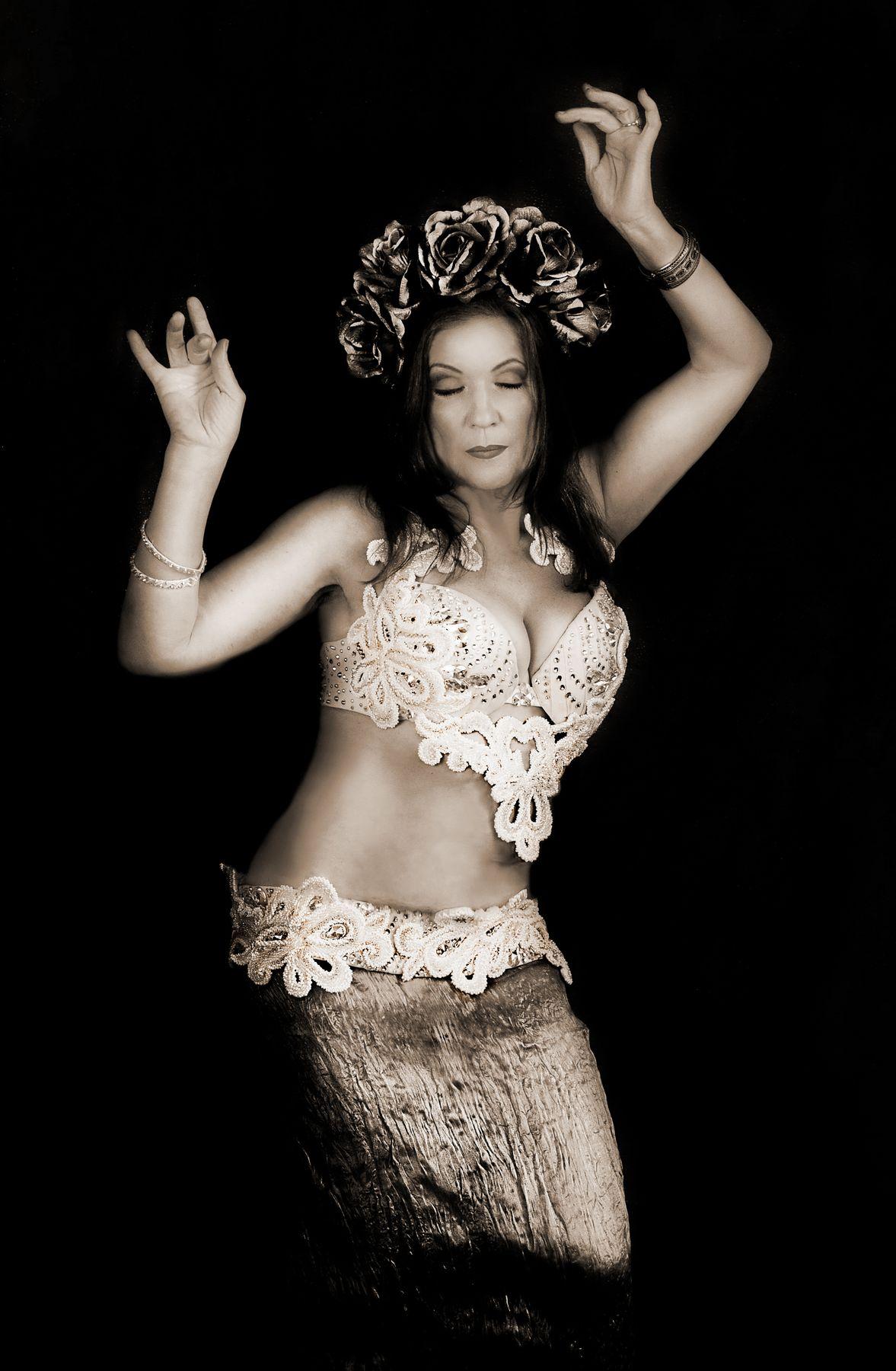 Сны о прошлом ч б винтаж трайбл восток танец портрет сепия женский жанровый