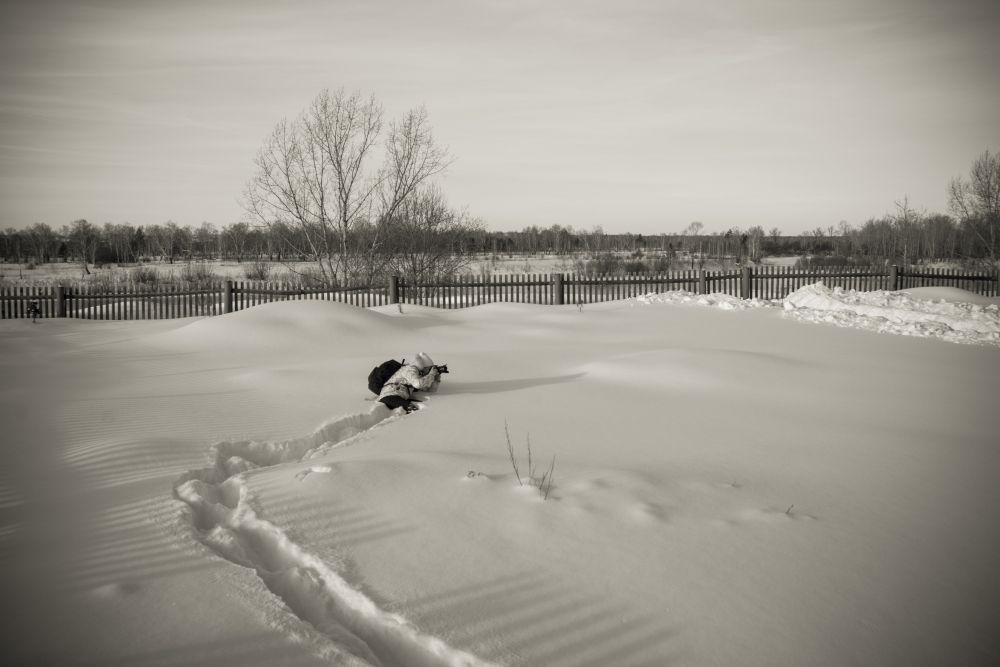 Главное - правильный ракурс фотограф зима снег сугробы деревня пейзаж Сибирь Россия