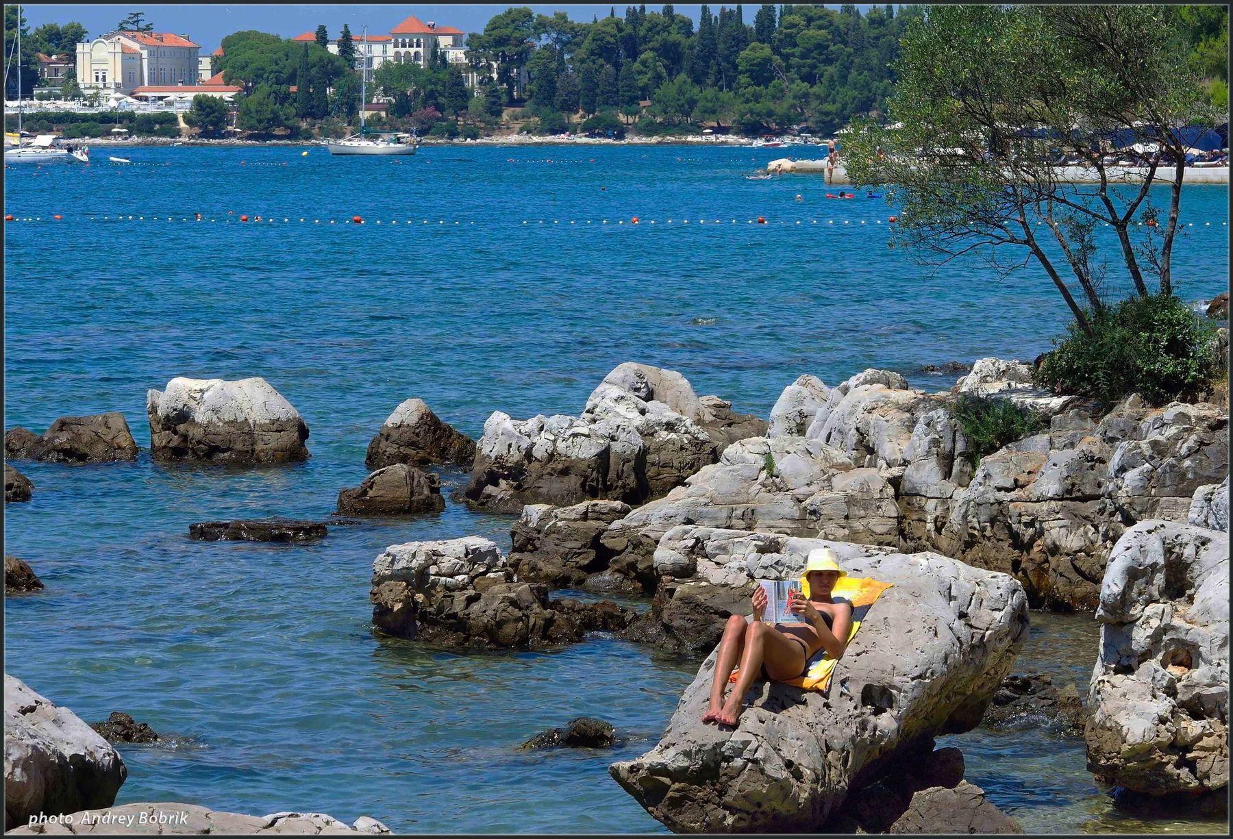 Уединение Хорватия Ровинь море камни девушка уединение
