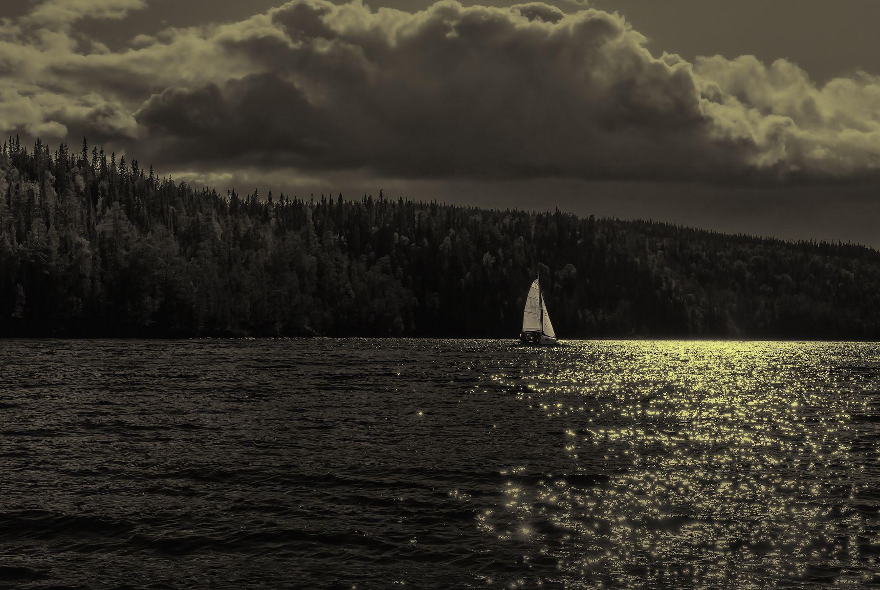 Парусник в контровом свете парусник .озеро Карелия