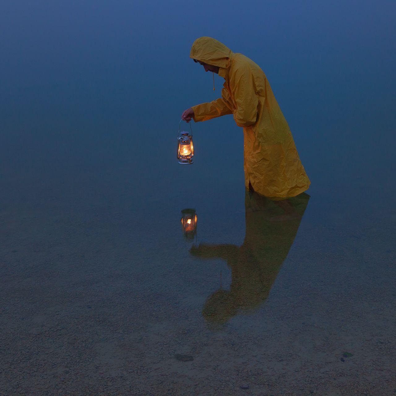Поиски себя керосиновая лампа озеро желтый дождевик
