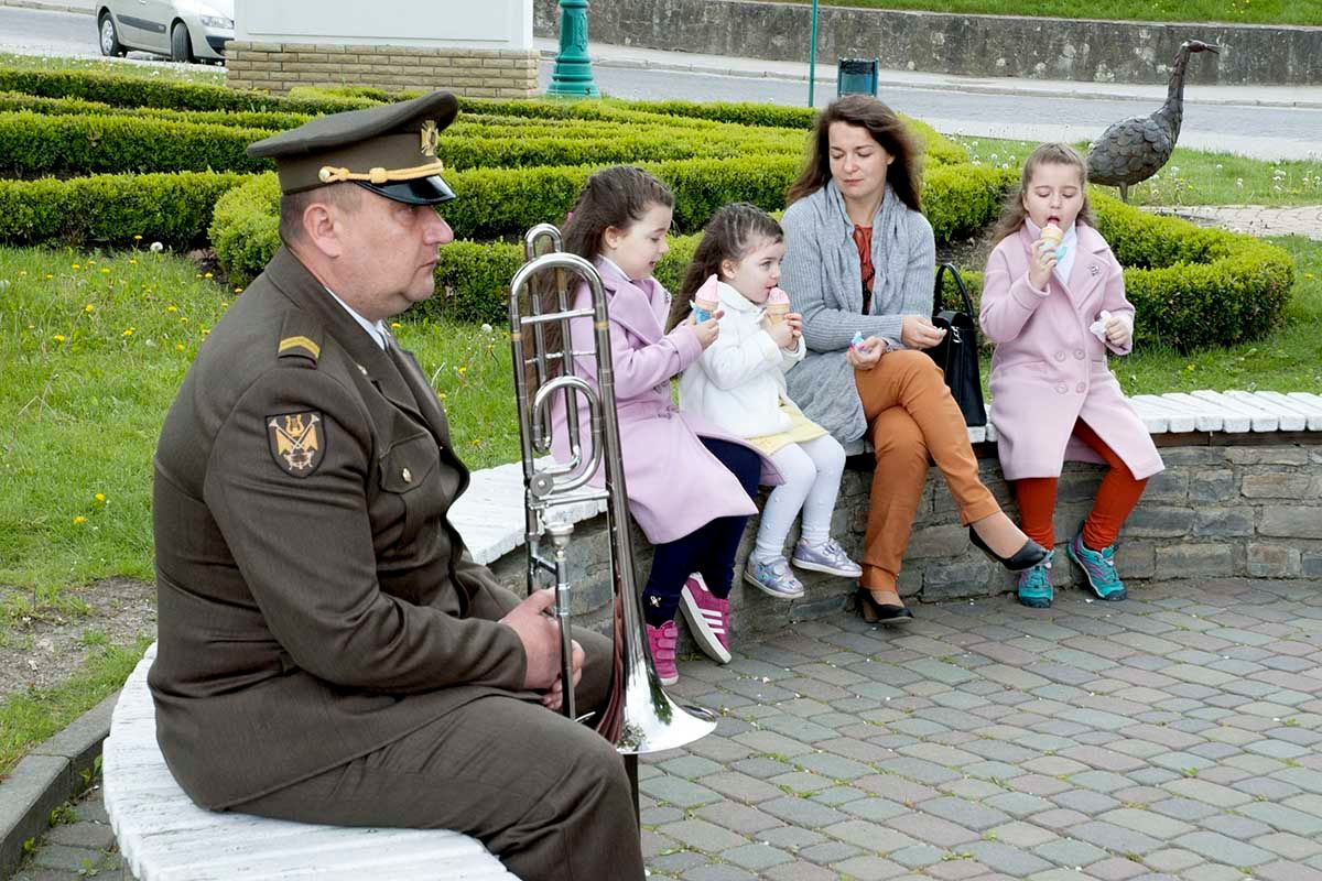 Отдых. музыкант дети мороженое