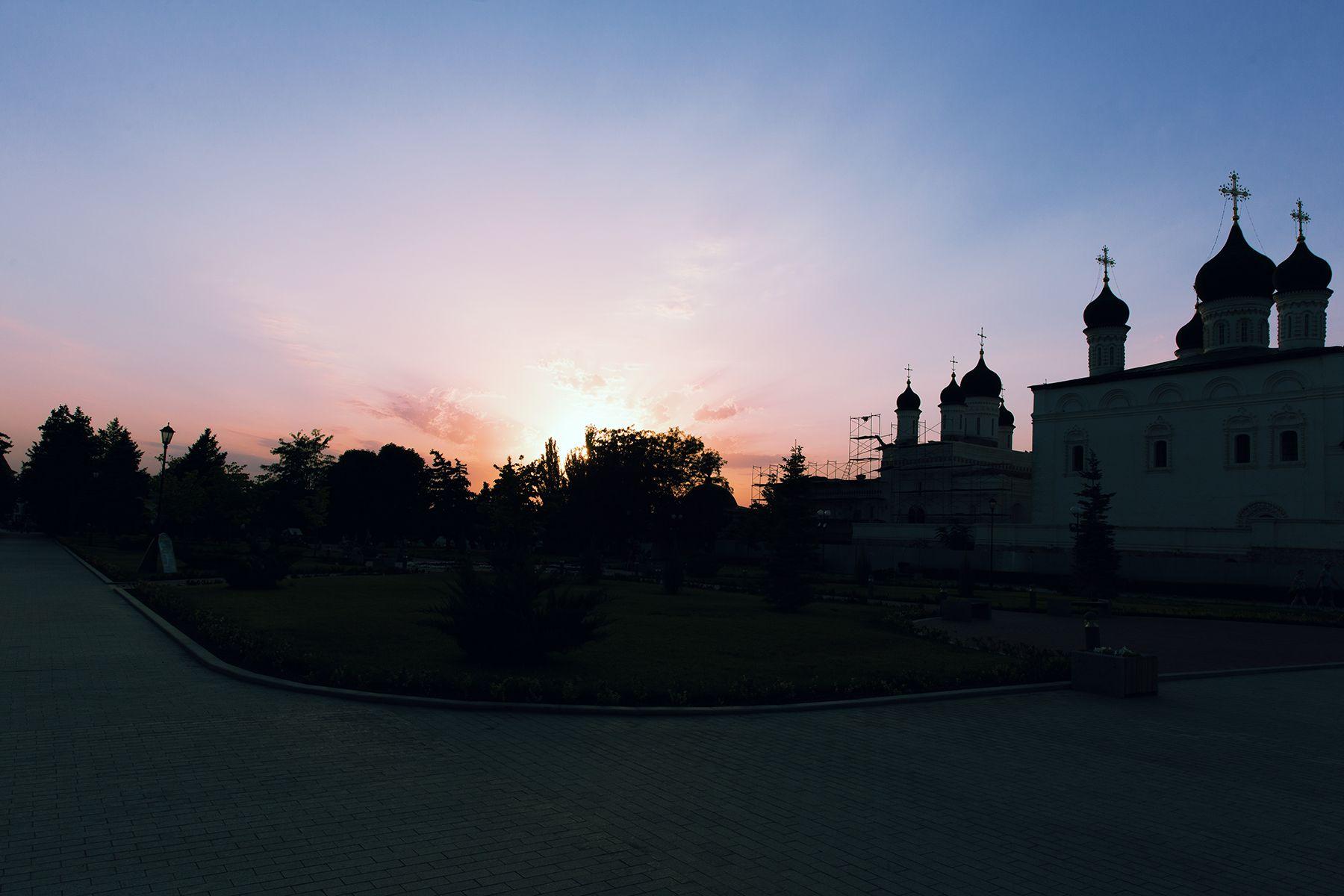 Летом закаты в Астрахани бывают здесь... астрахань лето июль 2018 закат город юг тепло красота астраханский кремль рпц троицкий собор крепостная стена