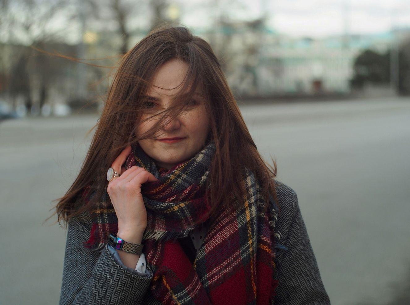 Ксения девушка улица ветер