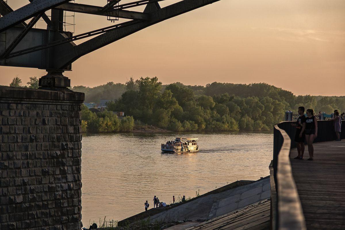 На закате у реки река вечер набережная катер