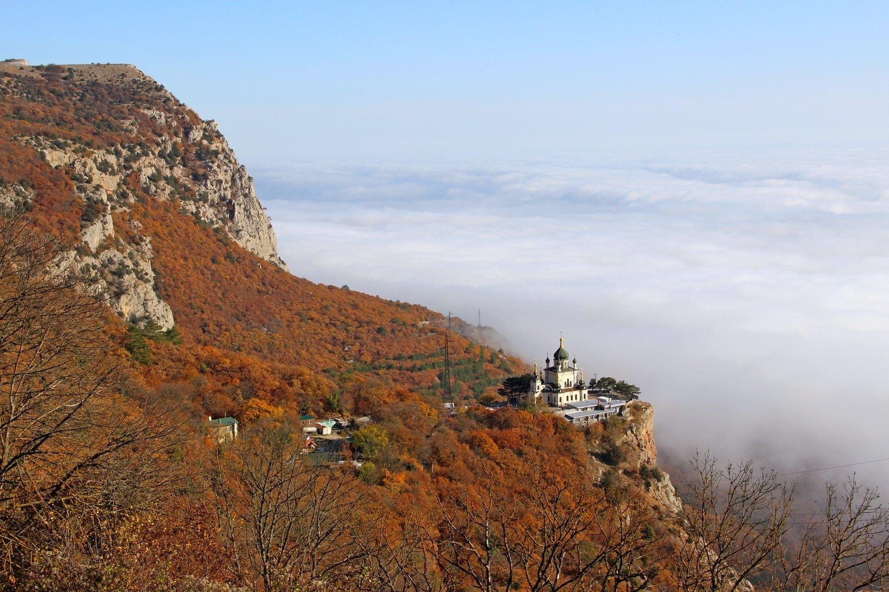 Над облаками форос церковь облака