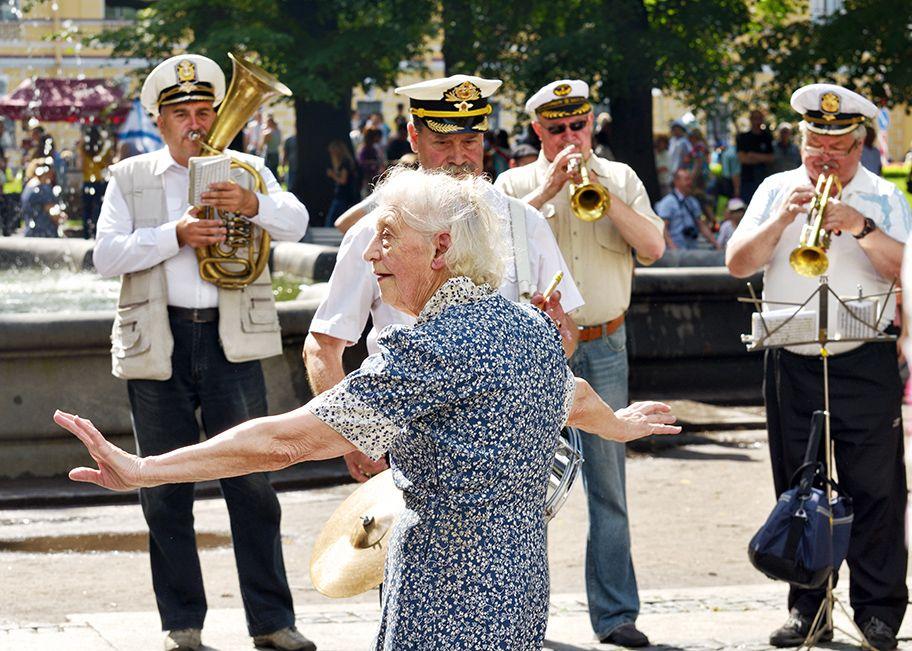 Танцующая бабушка. танец бабушка музыка оркестр мелодия