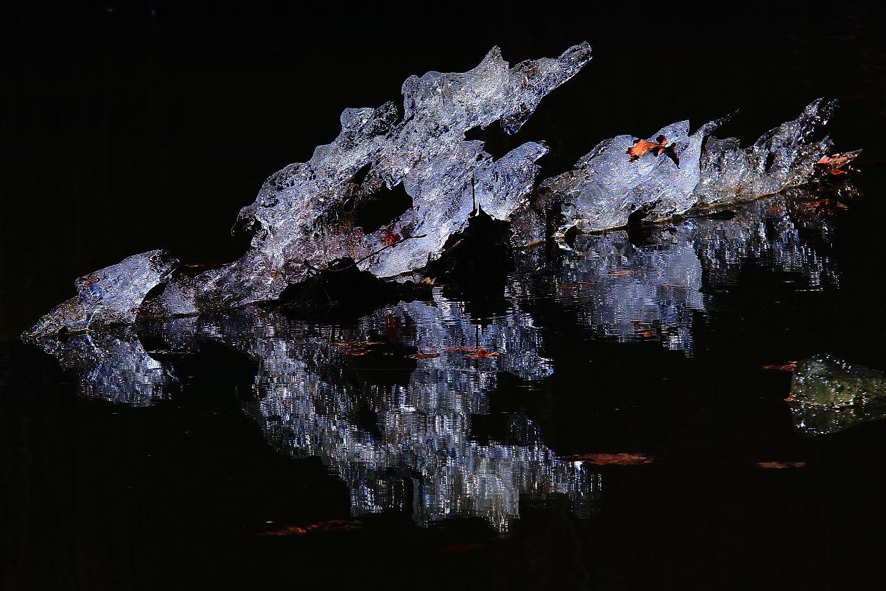 Последний осколок Зимы !!! (обратная сторона) природа весна лёд отражение контражур