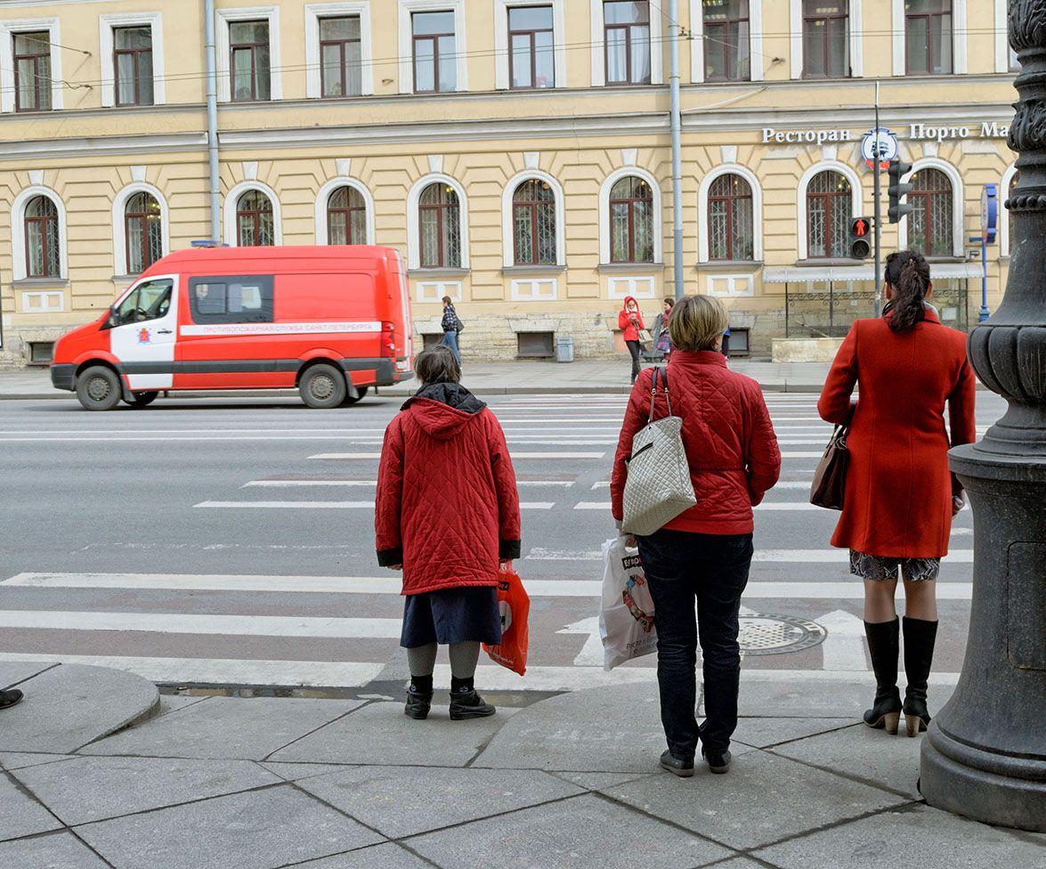 Пешеходный переход. переход светофор красный зебра