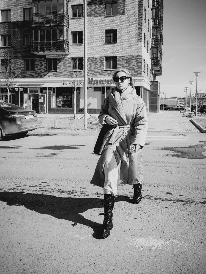 Из серии «Уличная экзистенция» Россия 2021 стрит фото улица люди фотограф наблюдения экзистенция город дом урбанистика пешеход женщина пальто мода стиль тень