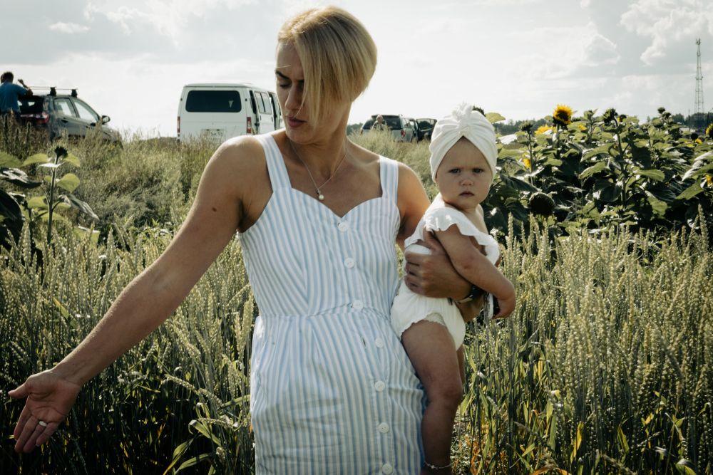 Над пропастью во ржи поле женщина ребенок девочка младенец взгляд рожь подсолнухи село деревня люди жизнь 2021 Россия мать мама
