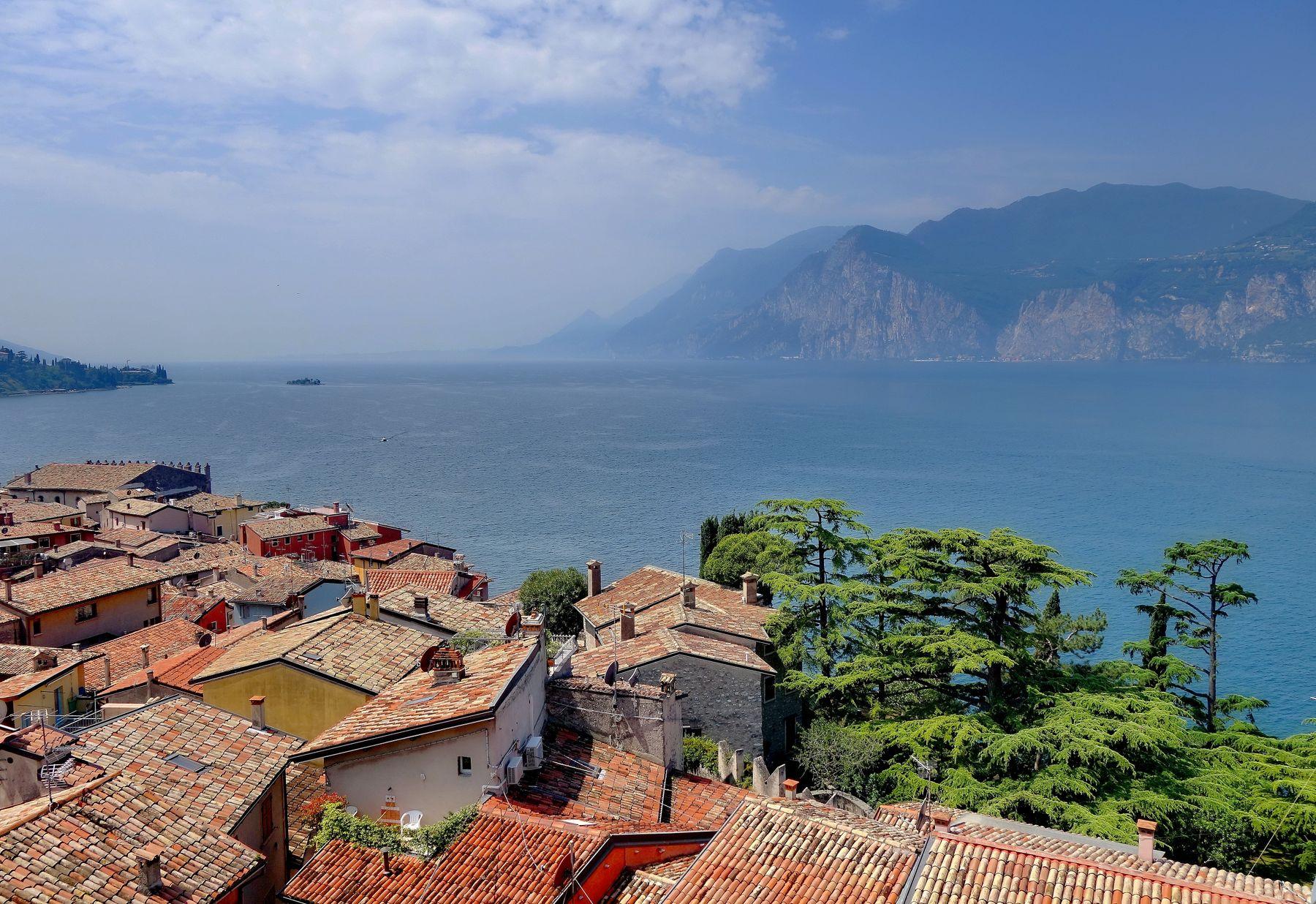 ***вид с черепичных крыш на озеро Гарда озеро Гарда Италия черепичные крыши виды
