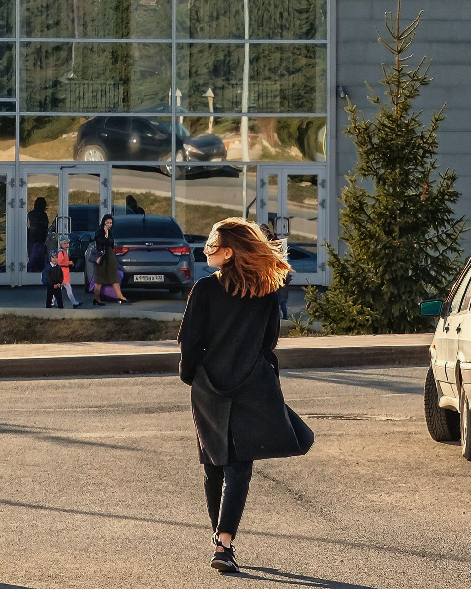 Солнечный ветер девушка город улица ветер