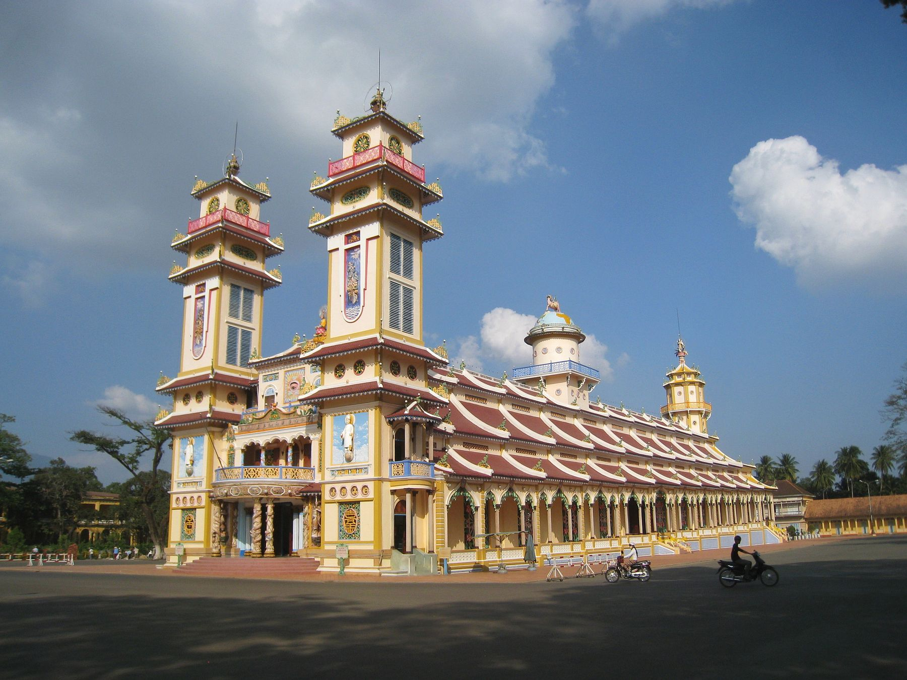 Cao Dai Temple. Вьетнам пейзаж скалы дюны песок