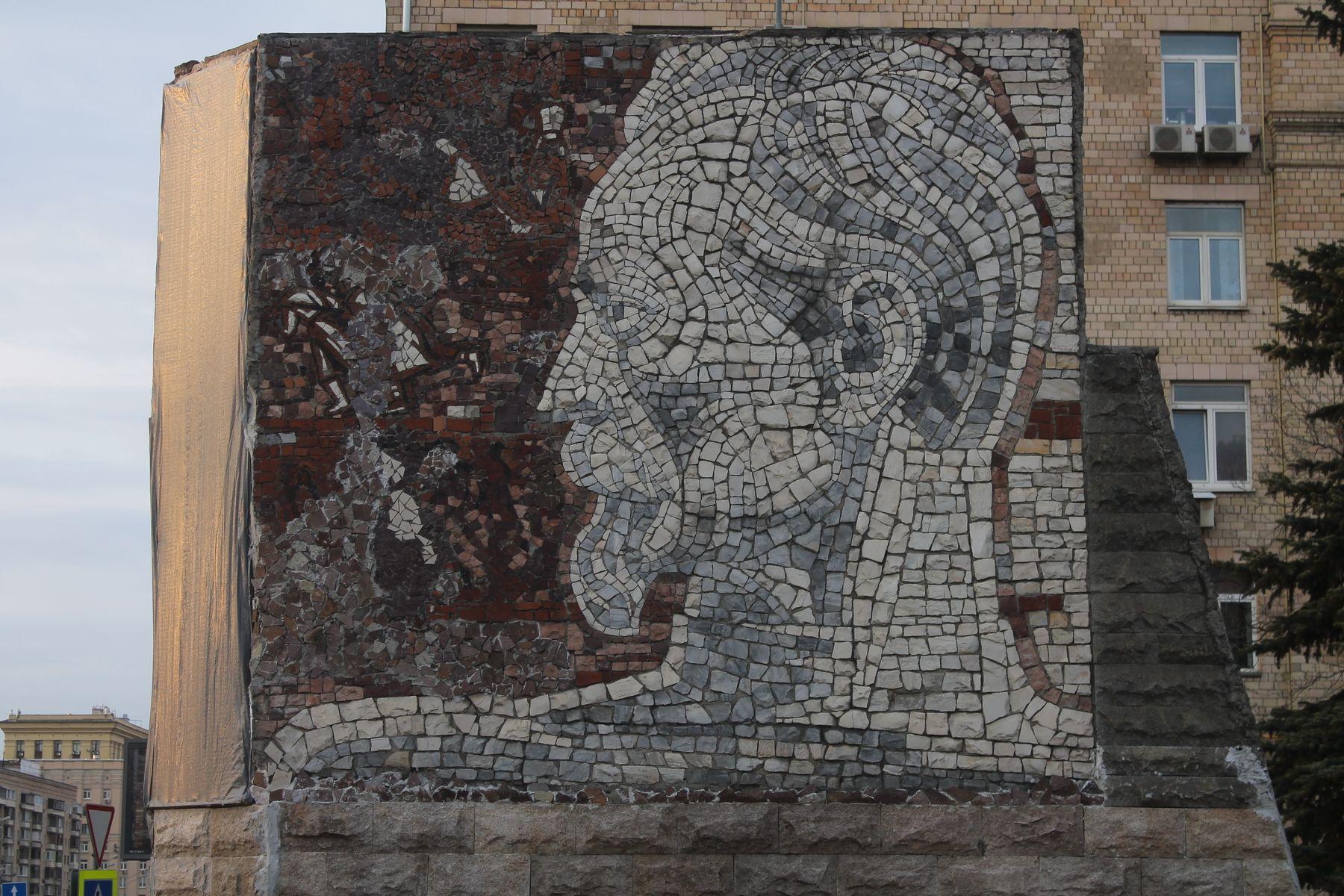 Памятная стела с мозаичным портретом Ф. Э. Дзержинскому на Проспекте Мира Москва